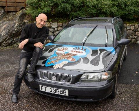 PANSERPYNT: Mario Telebo har brukt over tre veker på å sette sitt eige preg på bilen. Ørna har han gitt namnet Jack.