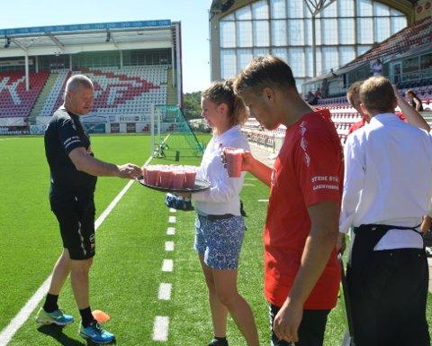 FIkk servert smoothie: Mons Ivar Mjelde fikk servert smoothie etter tirsdagens treningsøkt på Stadion. Nå håper han å få servert en ny spiller før overgangsvinduet stenger.