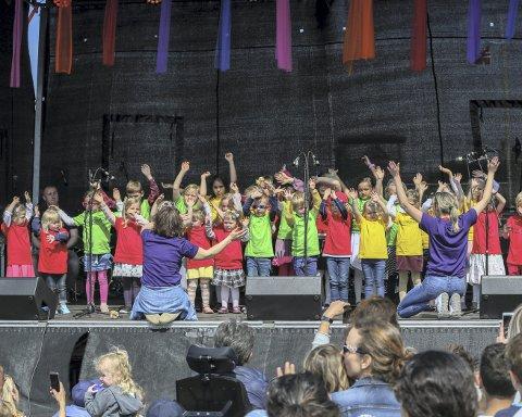 På «Verdensscenen» var det underholdning hele dagen. Det ble arrangert stor åpningskonsert og avslutningskonsert.