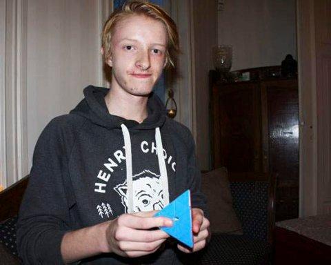 Opp på scenen: Christian Alsaker Henriksen skal opp på scenen under MGP junior og vise hvordan man blir god i kubing.
