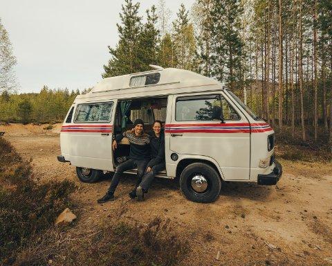 Daniel og Solveig Feidal håper de kan inspirere folk til å dra på kortreiste campingturer, gjerne i en halvgammel bobil fra Volkswagen. Foto: Simon Bræck Hanssen