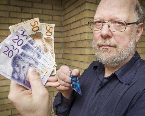 Dyre kontanter: Uttaksgebyrer gjør at blant annet svenskehandelen blir dyrere enn nødvendig når mat tar ut kontanter fra en minibank i utlandet for å betale for seg, Jón Ágúst Einisson erfarte det.FOTO: JENS HAUGEN