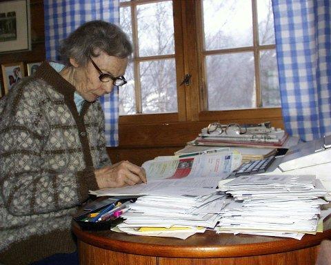 Aslaug Høydal ved skrivemaskinen i heimen Løyndebru 83 år gammal.