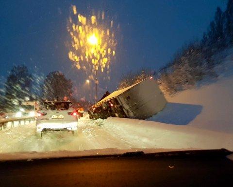 I GRØFTA: Et vogntog har havna i grøfta ved avkjøringen til Vingrom.
