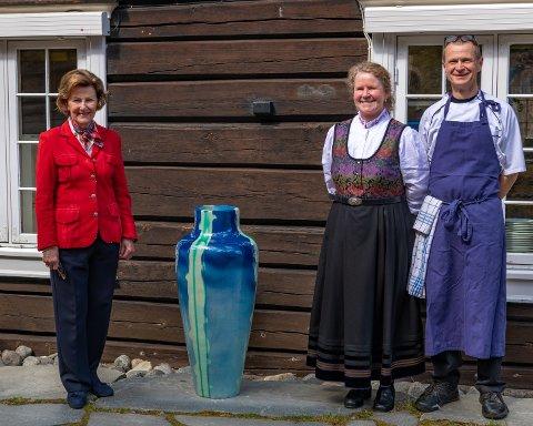 H.M. Dronning Sonjas stiller ut egne arbeider på Røisheim Hotell i Lom i sommer. Her med vertskapet Kjetil Magnussen og Lise Rolland.