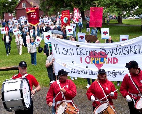 Nær tusen demonstranter gikk i tog i Gjøvik for å bevare akuttsykehusene i Gjøvik, Reinsvoll og Lillehammer.