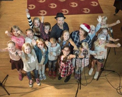 15 barneskolebarn og artister: Her ser vi Siv Langøy og Frank Skovrand sammen med sitt dyktige barnekor. Koret består av barn fra åtte lokale barneskoler.