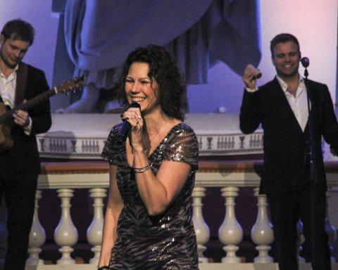 Danset med: Trine Reins fantastiske stemme og tilstedeværelse sørget for at mange kom i julestemning.