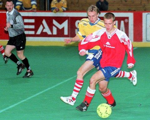 DRØMMELAG: Thomas Hansen har spilt 15 sesonger på A-laget i Berg IL. Her fra HAs avslutningscup i Halden ishall i 1999, i duell med Per-Herman Puck, Kvik Halden.