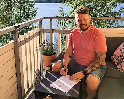 SKRIVER UNDER: Her skriver Fredrik Glader (43) under kontrakten som gjør ham til ny hovedtrener i Comet Elite.