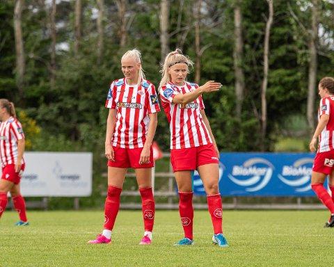 DOMINERTE: Karina Sævik (t.v.) og Anna Jøsendal var ustoppelige mot Arna-Bjørnar i onsdagens cupkamp. De sto bak alle de tre målene til Avaldsnes før de ble byttet ut. Mot slutten av kampen scoret også Olaug Tvedten slik at det endte 4-0. Dermed scoret alle Avaldsnes sine tre landslagsaktuelle spillere med landslagstrener Martin Sjögren på tribunen,