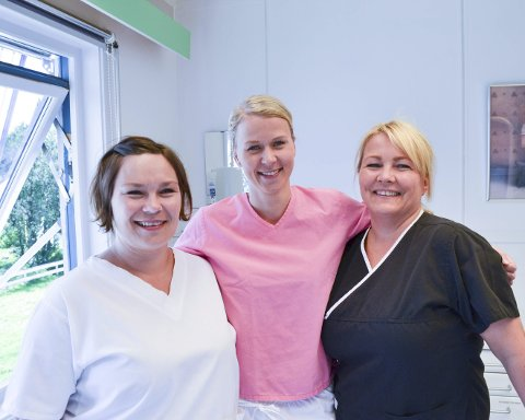GLEDER SEG: Tannpleier Hege Anita Roska Wikstad (f.v.), tannlege Johanne Gjerstad og tannhelsesekretær Aina Arvola er klare for en ny og mer moderne arbeidsplass. Foto: Kristina Bøland.