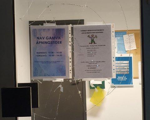 KNUST RUTE: Døra inn til Nav-kontoret i Mehamn ble tirsdag knust.