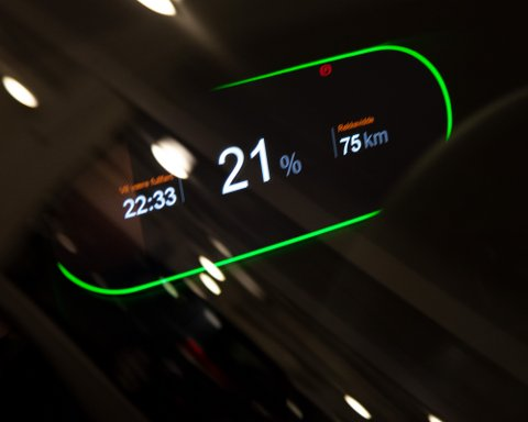 Økte strømpriser gjør at det å lade elbil blir stadig dyrere. Men kan det bli like dyrt som bensin?