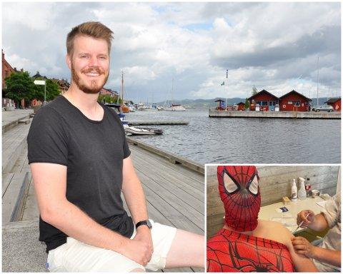 MED SANS FOR FILM OG KREATIVE SPRELL: Holmestrandingen Benjamin Brekken ble vaksinert i Spider-Man-drakt. Bildet skal brukes i det nye filmprogrammet han skal være programleder for.