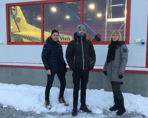 STENGT: Jens Ingvald Olsen fra Rødt i Troms (til venstre), partileder Bjørnar Moxnes og flysykepleier og tillitsvalgt Kicki Nytun møtte stengte dører på Høybuktmoen tirsdag.