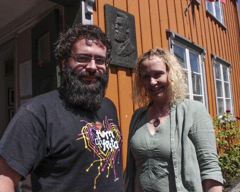 Velkommen inn: Nå har Kittelsenhuset åpnet for sommeren. Her ved gjesteutstiller enVide neFelibata og formidlingsansvarlig Christine Hermansen ved Telemark museum.