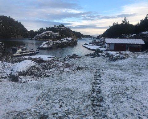 SPOR: Utenfor hytta på Brønnholmen kan en se en rekke fotspor i nysnøen fra nattens innbrudd.