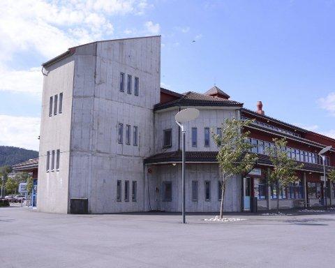 Aksen-bygget i Husnes sentrum blei råka av ein stor vasslekkasje i mars i fjor. (Arkivfoto).