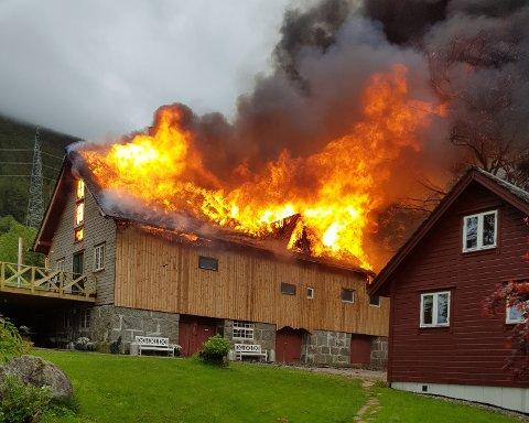 Det brenn godt i driftsbygningen. (Foto: Privat).