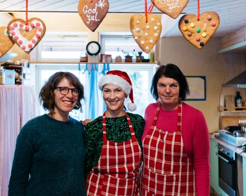 Solgte mat: Ana Schloss, Ina Romasenoka og Nina Ulleberg solgte mat i kaféen.