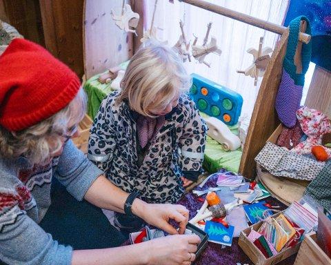 Monica Finnerud viser frem utvalget av hjemmelagede julekort.