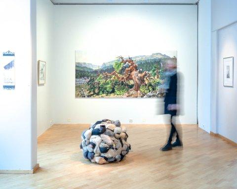 NY MULIGHET: I 2019 deltok Kongsberg-kunstnerne Hilde Honerud og Kari Anne Helleberg Bahri (bildet) på Novemberutstillingen. I år kan det bli plass til flere fra Kongsberg.