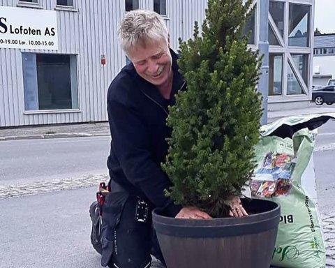Vaktmester Asle Krogh tok oppdraget med å plante tujaene.