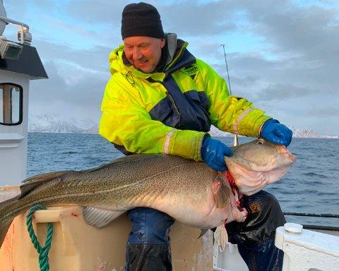 STOLT: En tydelig stolt Jone Kristensen med kaffetorsken på 30,5 kilo.