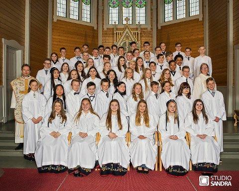Gruppen med konfirmanter vil i år deles opp. Bilde er tatt i forbindelse med fjorårets konfirmasjon i Buksnes kirke.