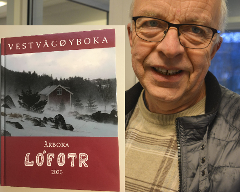 Vestvågøyboka Lófotr 2020, med redaktør Kjell Thore Sletteng.