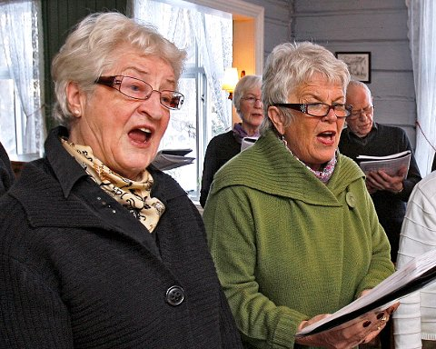 VETERANER: Leder Solveig Bredal-Thorsen (nærmest) og Astrid Falkensten har sunget i Pensjonistkoret i en årrekke og ønsker seg enda flere sangvenner.