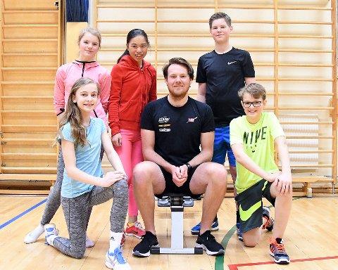FORNØYDE: Elevene Emilie, Sarah, Thomas, Sofia og Aksel synes det var gøy å ha gymtime med Nicolay Bjønnes Yngsdal.