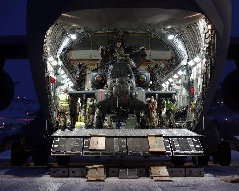 PÅ NORSK JORD: Et britisk Apache angrepshelikopter dyttes ut av lasterommet på et C-17 transportfly på Bardufoss flystasjon.