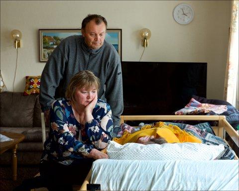 DØENDE: Gunn og Egil Nilsen ved senga til sin dødssyke mor. I to måneder har familien hatt ansvaret for pleien døgnet rundt. Nå har fylkesmannen pålagt kommunen å stille opp.