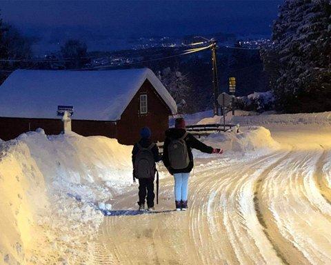PÅ HOLDEPLASS: Barna til Bente Hjørnevik står på holdeplassen og venter på bussen.