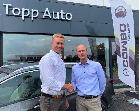 FERSK AVTALE: Eirik Vennerød (t.v.) er ny styreleder i Topp Auto på Gjøvik. Vennerød er også daglig leder i VS Auto, som nå eier 51 prosent av aksjene i Topp Auto. Eirik Topp fortsetter i bedriften og eier de resterende aksjene. – Det var en enkel avgjørelse. Da vi mistet kontrakten med Opel, var vi avhengig av å se etter nye muligheter, sier han om salget av aksjene.