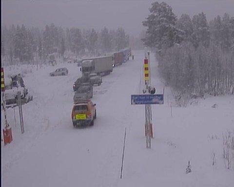 Vanskelige kjøreforhold kolonnekjøring over Strynefjellet, her rv. 15 ved Billingen i Skjåk. Foto: Statensvegvesen / NTB