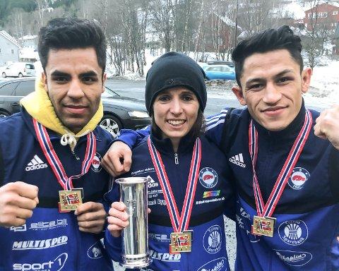 Zohour Ahmad Noori, Camilla Johansen og Sayed Kazemi med hver sin gullmedalje - og Camilla med kongepokal - etter helgas bokse-NM i Trondheim.