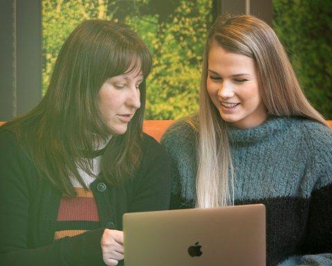 Lene Nordby Selnes og Tea Fallingen Opkvitne gleder seg til å komme i gang med etablereropplæringen i regionen.