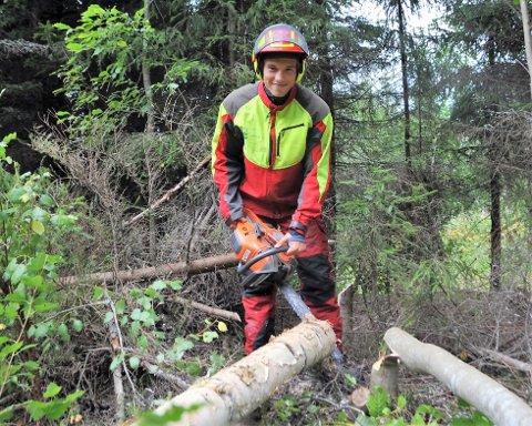 TRIVES I SKOGEN: Trym Slettaløkken Engen har fått mye gratis styrketrening ved å drive skogsarbeid.