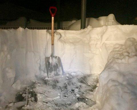 TUNG SNØ: Har du sjekket hvor mye snø du har på verandaen og taket, hvis det blr kraftig regnvær? (Foto: PRIVAT)