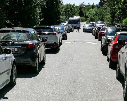 KAOS: Det er bare på høyre side i dette bildet det er lov å parkere. Det var det mange som ga blaffen i søndag.