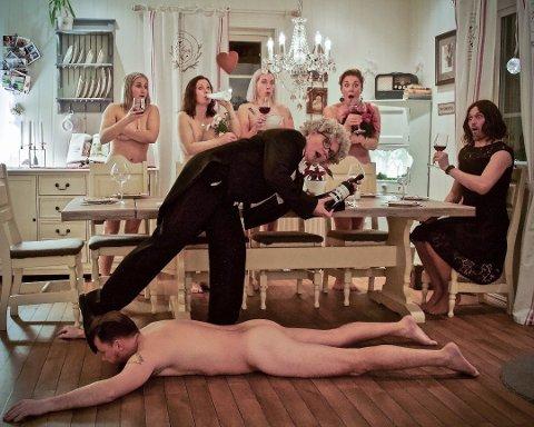 Kenneth Markussen trakk vinnerloddet og ble isbjørnskinn i nakenkalenderen til bygdelaget «Midt i Blinken». Foto: Midt i Blinken