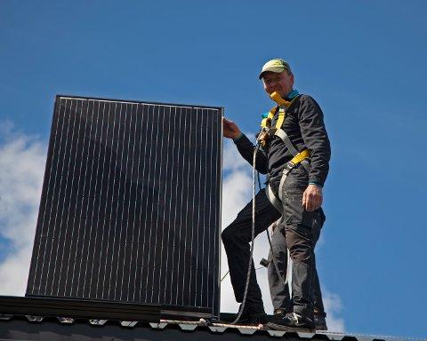 SOLCELLEENERGI: Mjølkebonde Per Magne Ståland har nylig tatt i bruk solcelleanlegget som er montert på fjøstaket i Folldal.
