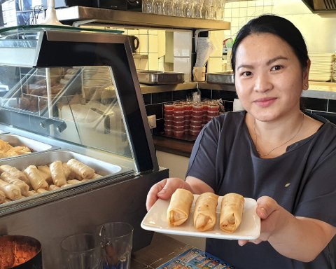STÅR PÅ: Luom Nguyen Thi drømmer om en vårrullmaskin. Det ville gitt henne bedre tid til familien, for det må lages veldig mange vårruller i løpet av en uke.