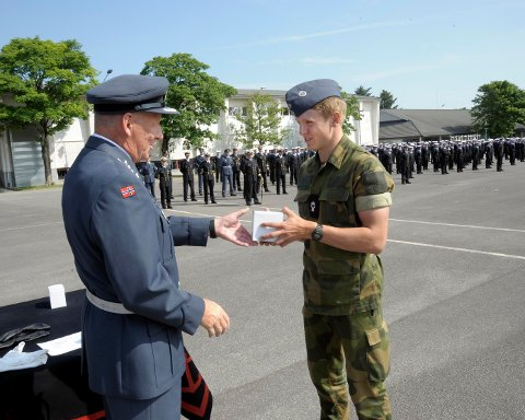 Her får Tobias Sølie Halvorsen armbåndsuret av oberst Nils Frøisland