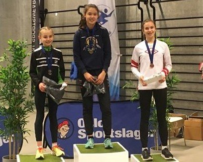Seierspallen: Malin Søtorp Solberg ble nummer to, mens Sofia Chayanis Aamillom kunne klatre høyest på seierspallen. Nummer 3 ble Ingrid Solheim fra Vidar SK.