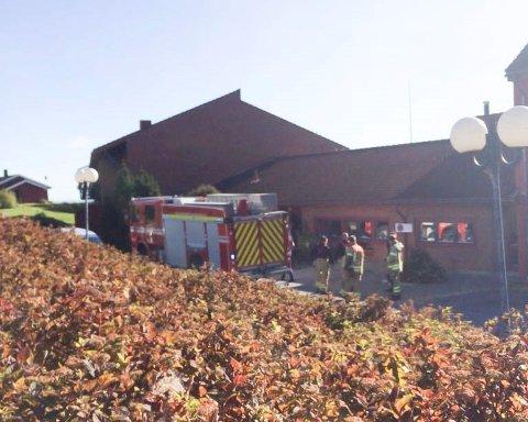 BRANNTILLØP: Brannvesenet på plass utenfor Furnes bo- og aktivitetssenter fredag ettermiddag.