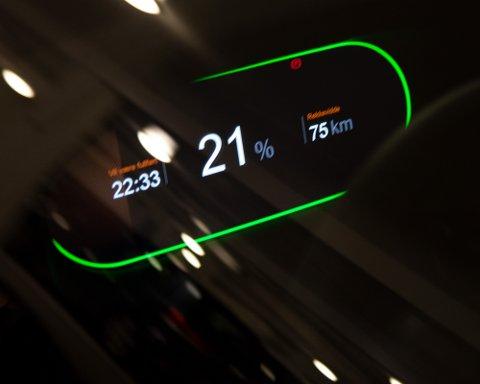BLIR DYRERE: Økte strømpriser gjør at det å lade elbil blir stadig dyrere. Men kan det bli like dyrt som bensin?